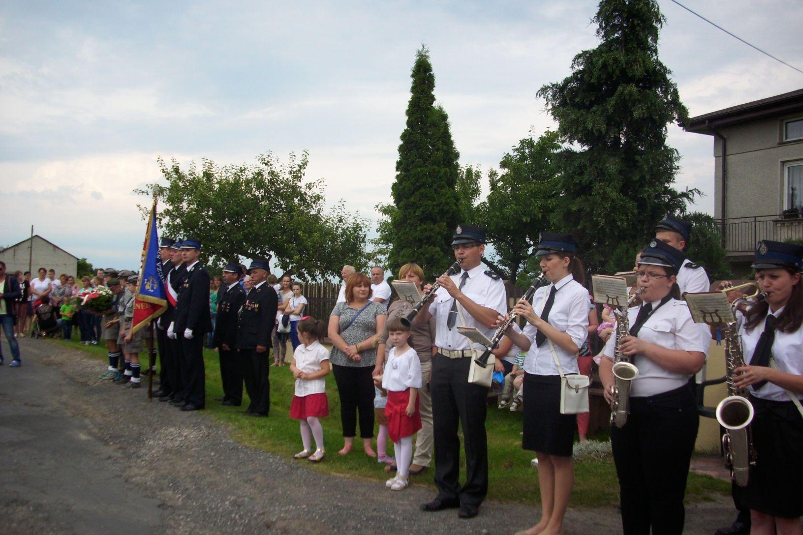 Odsłonięcie i poświęcenie tablicy w 70 rocznicę wysiedlenia przez Niemców Oprzężowa i Piekarek.