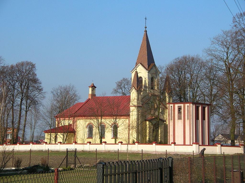 Okolice kościoła w Gomulinie